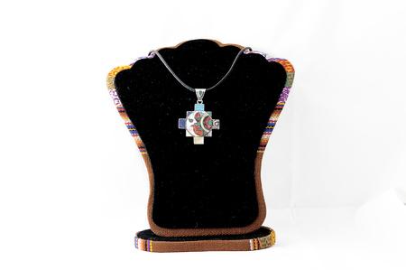 Hermosa y brillante ornamentación de los antiguos incas. Está hecho por artistas modernos. Perú. Sobre un fondo blanco.