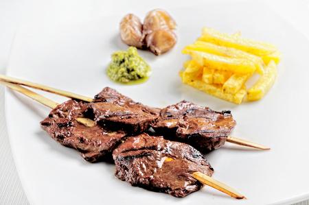 Anticuchos, cuisine péruvienne, brochette de viande de cœur de bœuf grillée avec pomme de terre bouillie et maïs blanc.