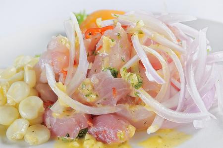 Ceviche, plat symbole de la gastronomie péruvienne. Sur fond blanc.