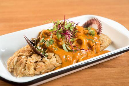 NOURRITURE PÉRUVIENNE : Haricots et riz à la sauce aux fruits de mer, appelés tacu tacu en salsa de mariscos Banque d'images