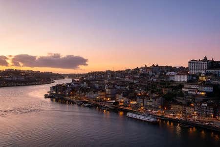 Vista della bellissima città di Porto dal ponte D. Luis I al tramonto Archivio Fotografico