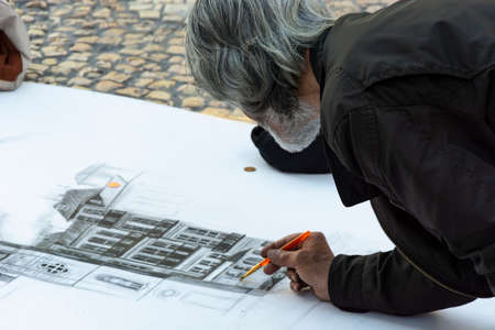 Old man artist painting buildings in the street, Porto, Portugal Archivio Fotografico - 131685624