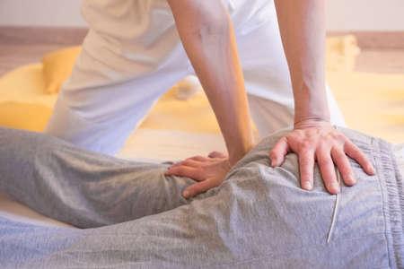 Masaż stóp leczniczy w ubraniu terapeuty. Zdjęcie Seryjne
