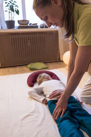 shiatsu back massage therapist kid. Standard-Bild