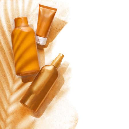 Zonnebrandcrème containers in een tropische ambiance op een witte achtergrond Stockfoto