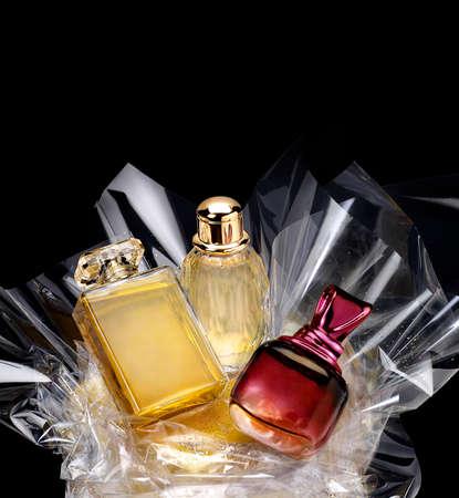 Bottiglie di profumo generici in un dono impostata su sfondo nero