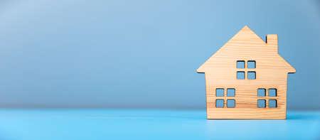 wooden house model on blue background Standard-Bild