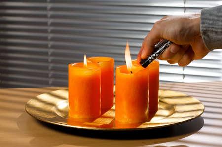 flue season: Iluminaci�n de una vela en un plato de advents