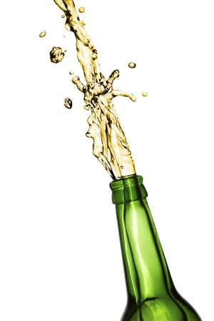 vasos de cerveza: Botella de cerveza se abre con una explosi�n