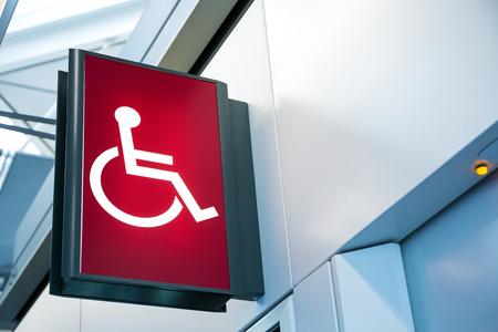 silla de ruedas: Señalización para sillas de ruedas Foto de archivo