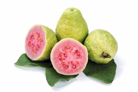 guayaba: Guayaba madura con hojas sobre fondo blanco
