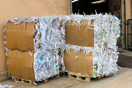 reciclaje papel: Reciclaje de papel usado Foto de archivo