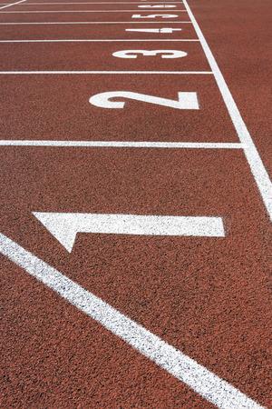 pista de atletismo: Pista de atletismo de inicio Foto de archivo