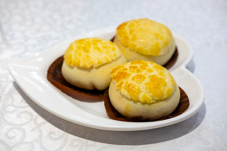 Pineapple bun pre-stuffed with barbecued pork, Barbecued pork pastry, (char siew sou) Banque d'images