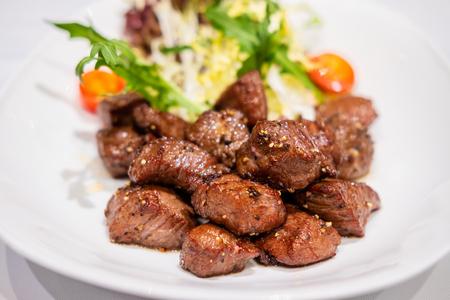 Cubitos de ternera tierna salteada frita con pimienta negra