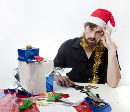 gastos: Homem no chapéu de Santa olha comprimida sobre finanças