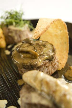 melba: Medalions Solomillo de ternera con salsa de muschroom y tostadas Melba.