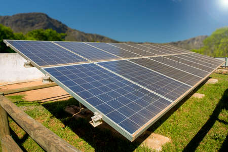 energie: Eine Photovoltaik-Solaranlage in einem ländlichen Gebiet von Südafrika, unter Verwendung der Fülle von Sonnenlicht Energie im Sommer.