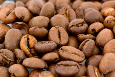 cafe colombiano: granos de caf� aislados