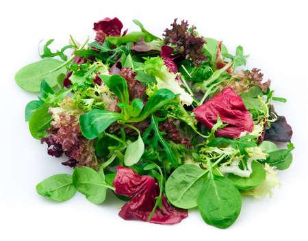 Gemischter Salat isoliert über weiß
