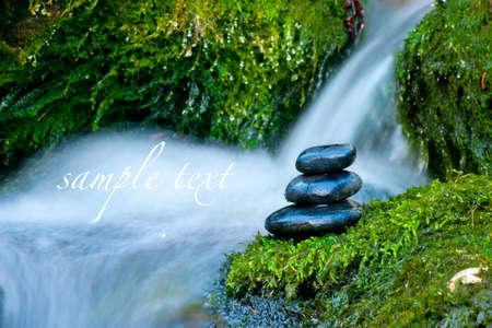 Kieselsteine ??über Wasserfall Lizenzfreie Bilder