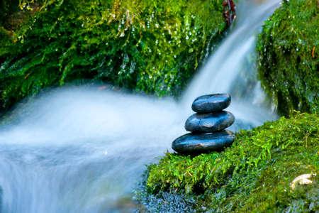 Kieselsteine ??über Wasserfall Standard-Bild - 12150453