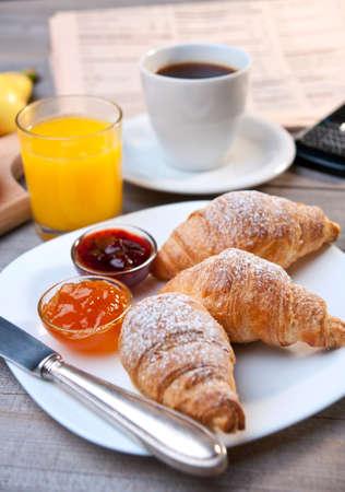 Continentaal ontbijt met koffie en croissant Stockfoto