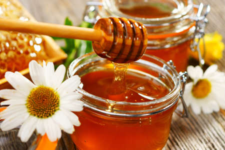 miel de abeja: Miel fresca Foto de archivo