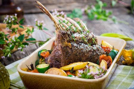 Rack di costolette di agnello alla griglia con patate una verdura
