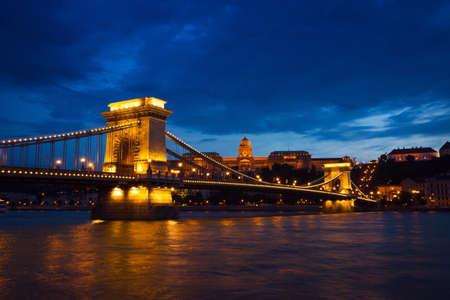 szechenyi: Szechenyi Bridge y el Palacio Real