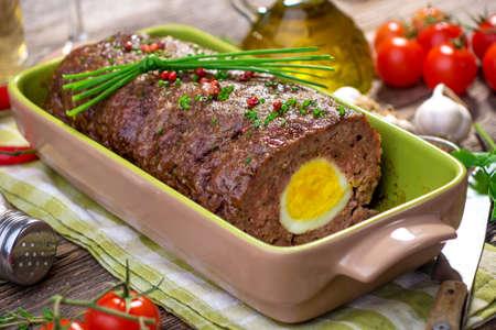 pastel de carne: Pastel de carne con huevo duro