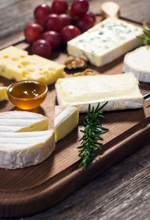 tabla de quesos: Various types of cheese