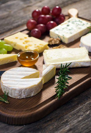 tabla de quesos: Varios tipos de queso Foto de archivo