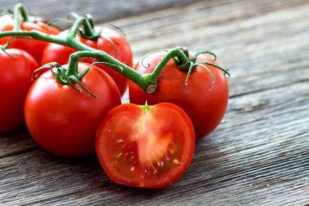 tomate cherry: Tomates frescos en el fondo de madera