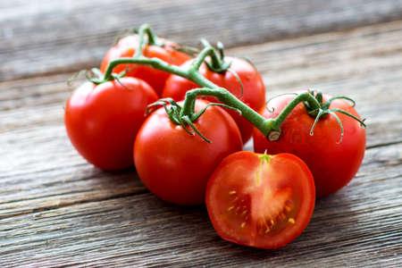 madera r�stica: Tomates frescos en el fondo de madera
