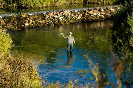hombre pescando: La pesca con mosca