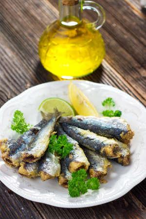sardinas: Sardinas con limón y aceite de oliva Foto de archivo