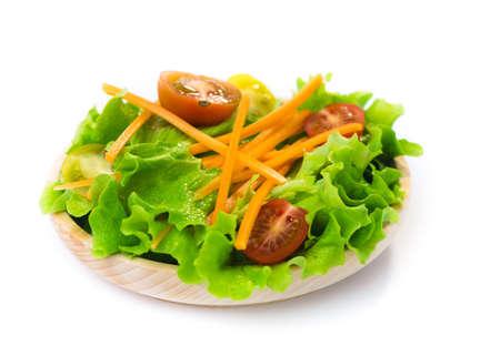 ensalada fresca en un plato de madera