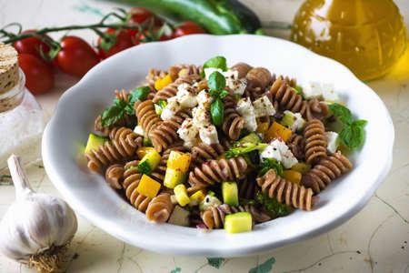 Volkoren pasta met groenten en feta