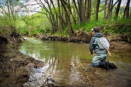 botas altas: Fly truchas Pescador de pesca en el r�o
