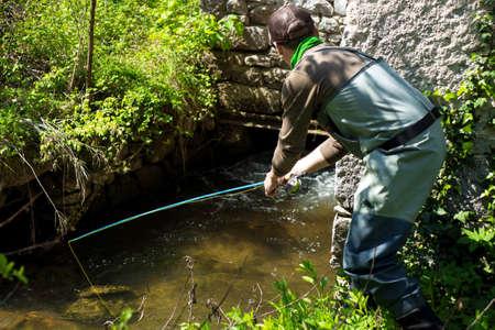 botas altas: Fly truchas Pescador de pesca en el río