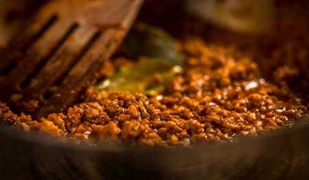 Salsa bolognese in una padella