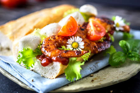 po: Sandwich with prawn and vegetables