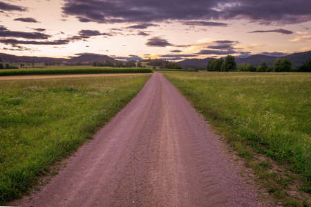 Schöner Himmel mit Landstraße
