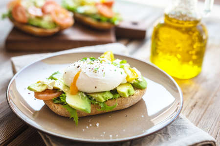 Sandwich with avocado and poached egg 版權商用圖片 - 87877595