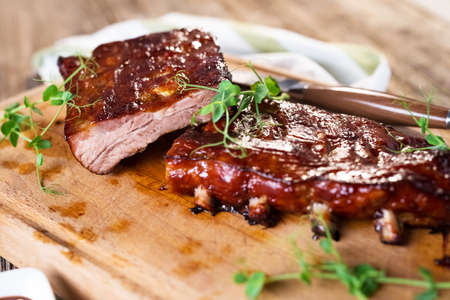 Côtes levées de porc barbecue fumé
