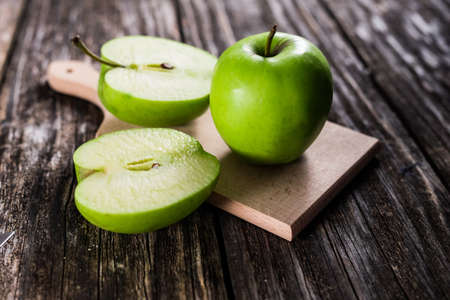 Fresh green apples on wooden background Standard-Bild
