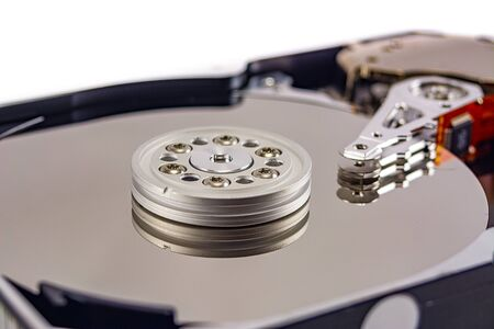 disque dur démonté sur fond blanc, disque dur, disque dur, gros plan