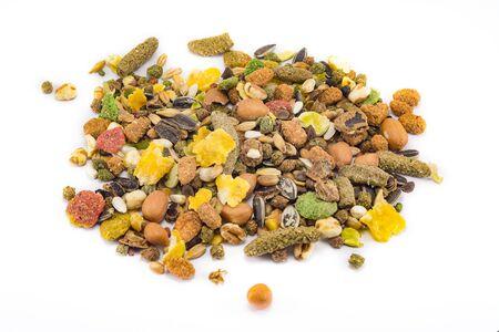Una variedad de alimentos granulados nutritivos y equilibrados para roedores aislado sobre fondo blanco.