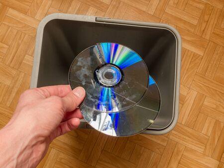 jeter un CD laser d'ordinateur, le concept d'obsolescence des composants informatiques, l'évolution de la technologie informatique